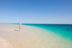 摆在天堂海滩的白肤金发的妇女 免版税库存照片
