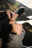 摆在太平洋海岸的年轻美丽的嬉戏的妇女 免版税库存照片