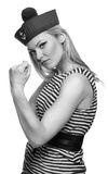 摆在她的制服的白肤金发的女性水手 免版税库存照片