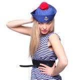 摆在她的制服的年轻白肤金发的女性水手 免版税图库摄影