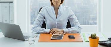 摆在她的办公室的确信的美国女实业家 库存图片
