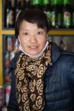 摆在她的商店的中国妇女 免版税库存图片