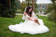 摆在她的婚礼之日的美丽的新娘 免版税库存图片
