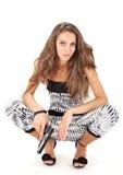 摆在妇女年轻人的黑色手枪 免版税库存图片