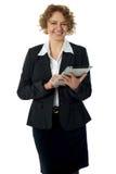 摆在妇女的总公司卷发的ipad 免版税库存照片