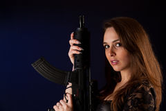 摆在妇女的枪 图库摄影