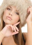 摆在妇女的盖帽逗人喜爱的毛皮 免版税库存照片
