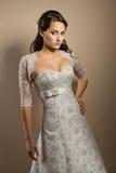 摆在婚礼妇女年轻人的美丽的礼服 免版税库存图片