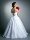 摆在婚礼礼服的年轻亭亭玉立的模型的图象 免版税库存图片