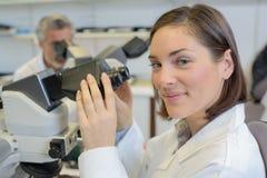 摆在实验室的微生物学家 免版税图库摄影