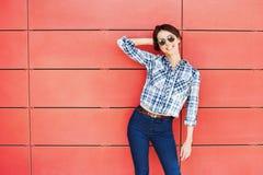 摆在对红色墙壁的美好的时髦模型 免版税库存图片