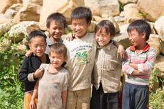 摆在小组越南村庄男孩 免版税库存图片