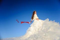 摆在少年婚礼白色的礼服 免版税库存图片