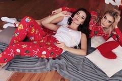 摆在屋子里的舒适睡衣的美丽的女孩,装饰与 免版税库存图片