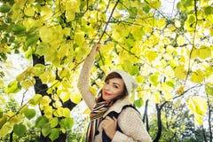 摆在山毛榉树下我的美丽的年轻正面妇女 库存照片