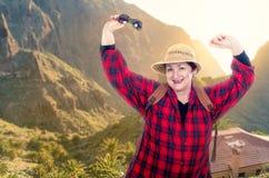摆在山背景的活泼挑运的老妇人 免版税图库摄影