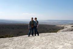 摆在峭壁的夫妇 图库摄影