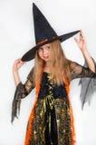 摆在巫婆礼服,万圣夜的女孩 图库摄影