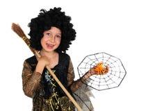摆在巫婆礼服,万圣夜的女孩 免版税库存图片