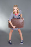 摆在带着棕色减速火箭的手提箱的Pinup女孩 免版税图库摄影