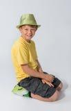 摆在帽子的年轻男孩 库存照片