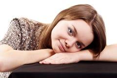 摆在年轻人的可爱的女孩 免版税库存照片