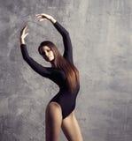 摆在年轻人的美好的时装模特儿 适合和运动的妇女跳舞 免版税库存图片