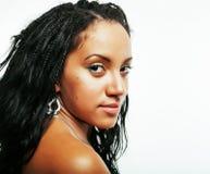 摆在快乐情感在白色背景被隔绝,生活方式人概念的年轻俏丽的非裔美国人的女孩 图库摄影