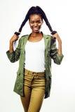 摆在快乐情感在白色背景被隔绝,生活方式人概念的年轻俏丽的非裔美国人的女孩 库存图片