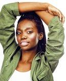 摆在快乐情感在白色背景被隔绝,生活方式人概念的年轻俏丽的非裔美国人的女孩 库存照片
