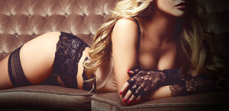 摆在性感的女用贴身内衣裤和威尼斯式m的美丽和少妇 库存图片