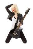 摆在性感的妇女的美丽的白肤金发的吉他 免版税库存图片