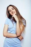 摆在情感的年轻人相当时髦的行家女孩隔绝在白色背景愉快的微笑的凉快的微笑,生活方式 免版税图库摄影
