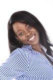 摆在愉快看的照相机微笑的年轻美丽的黑人非裔美国人的种族妇女 免版税库存照片