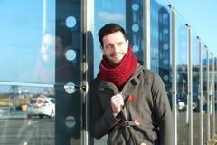 摆在户外与冬天夹克的年轻人 免版税库存图片