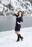 摆在户外在冬天的女孩 免版税图库摄影
