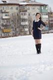 摆在户外在冬天的女孩 免版税库存照片