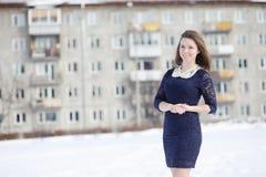 摆在户外在冬天的女孩 免版税库存图片