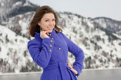 摆在户外在冬天的女孩 图库摄影