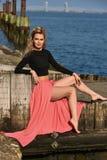 摆在户外在小船小游艇船坞的时兴的少妇 时髦方式的纵向 库存图片