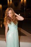 摆在户外在晚上的正式舞会礼服的少妇 免版税图库摄影