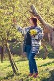 摆在户外春天的妇女 免版税图库摄影