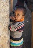 摆在房子市的入口的男孩Jugol 哈勒尔 埃塞俄比亚 库存图片