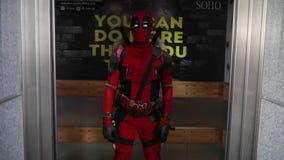 摆在推力门背景的Deadpool cosplayer  股票视频