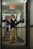摆在旅馆走廊的性感的白肤金发的妇女 免版税图库摄影