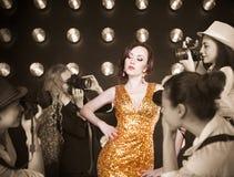 摆在无固定职业的摄影师的超级明星妇女 免版税库存图片