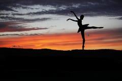 摆在日落期间的跳芭蕾舞者 免版税图库摄影