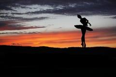 摆在日落期间的跳芭蕾舞者 库存图片