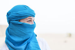 摆在日落背景的美丽的阿拉伯妇女面孔 免版税图库摄影