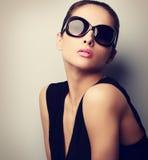摆在时尚太阳镜的性感的完善的女性模型 葡萄酒 库存图片